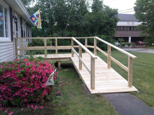 Wood entrance ramp with high handrails